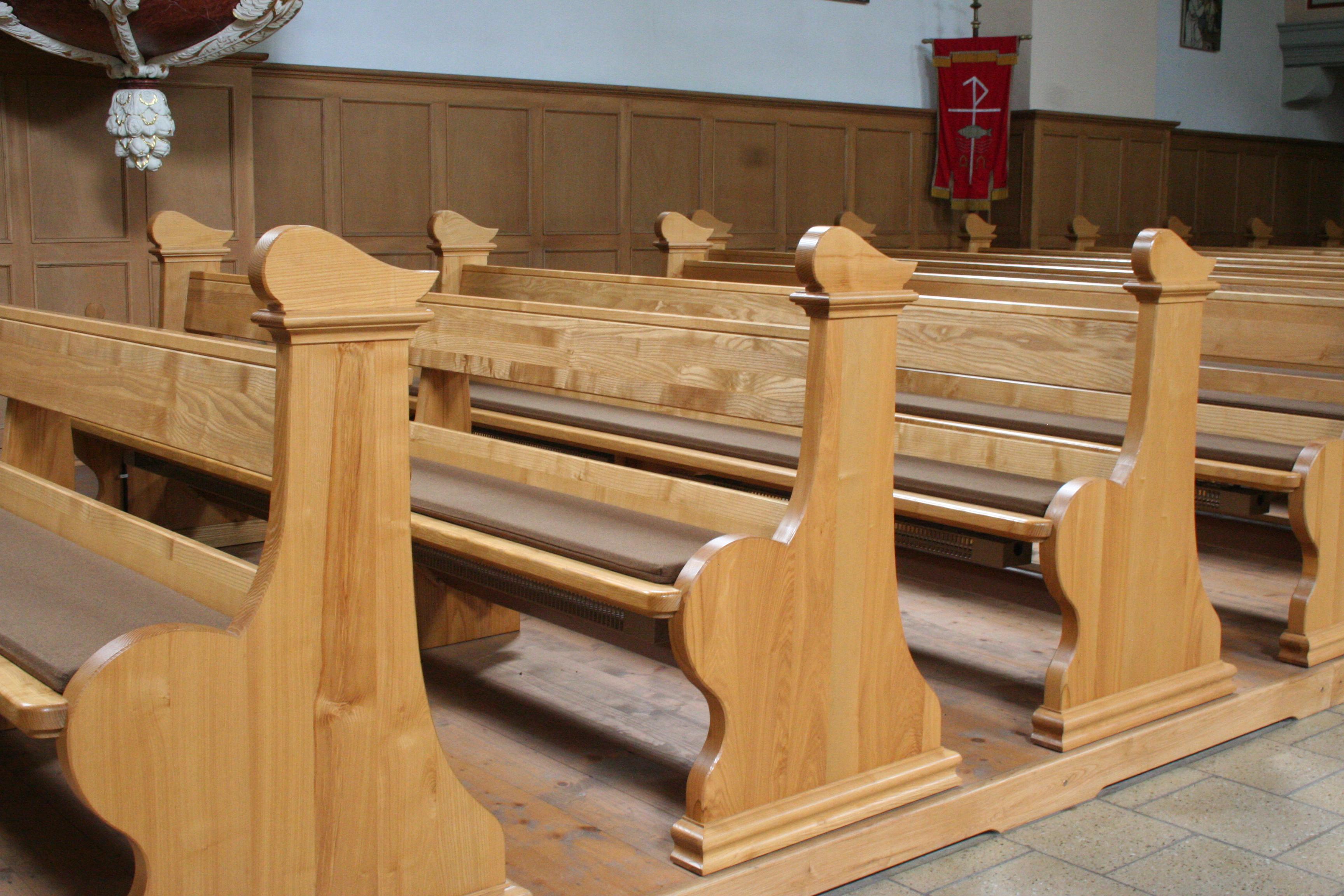 Kirchenbänke mit Symbolik